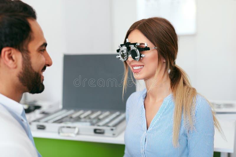视力测定检查妇女眼力的测试眼科医生在诊所 图库摄影