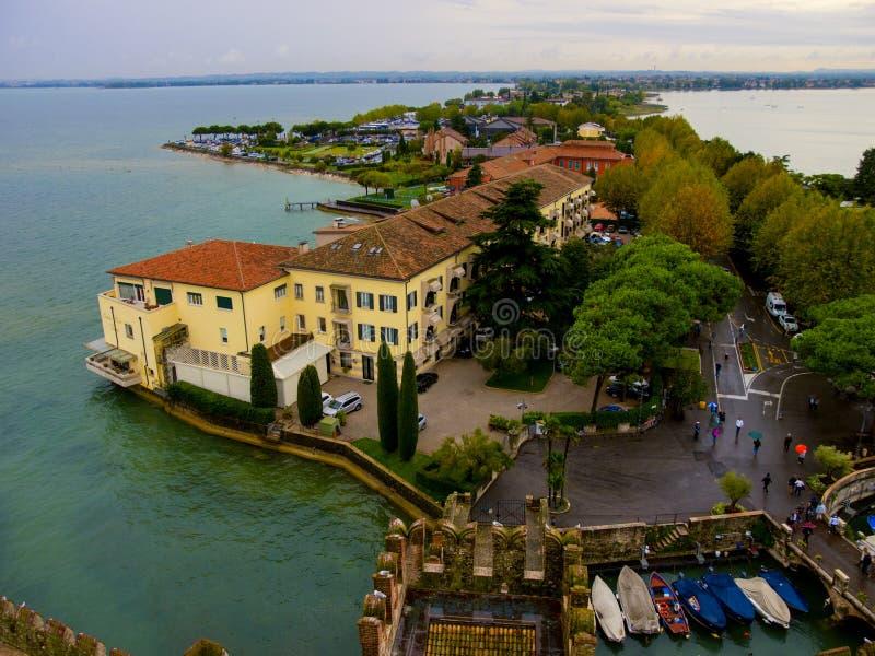 视图从上面对Sirmione城镇。 意大利 库存图片