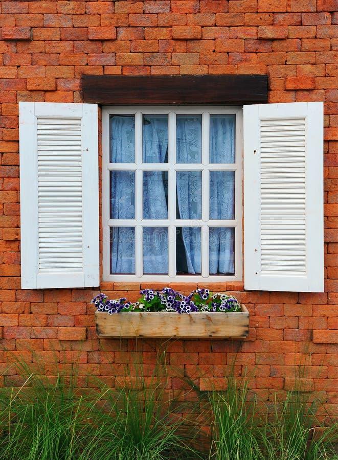 视窗和砖墙 库存照片