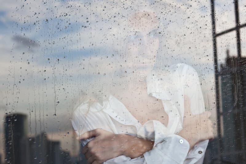 视窗的女孩 免版税图库摄影