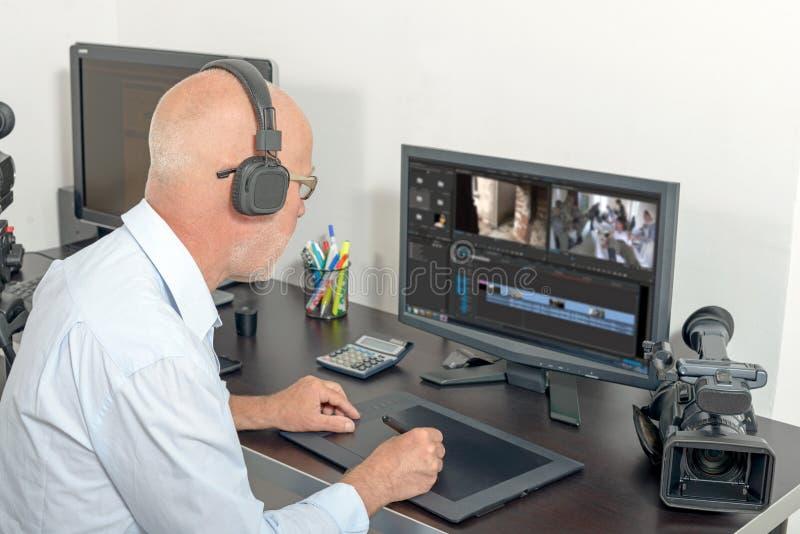 视频编辑器在他的演播室 免版税库存照片