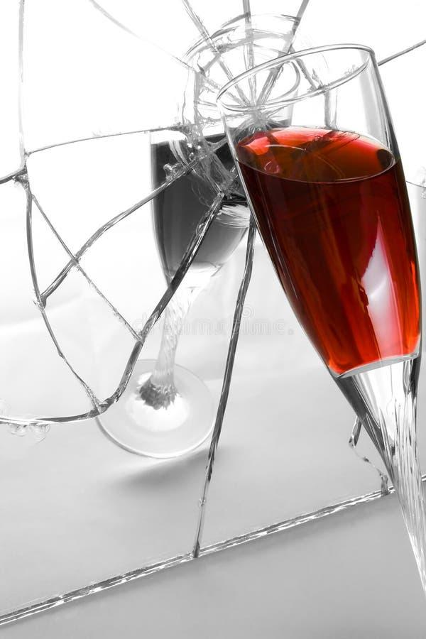 Download 觚镜子分裂 库存照片. 图片 包括有 液体, 反映, 玻璃, 习性, 镜子, 酒精, 裂口, 经纪 - 15676040