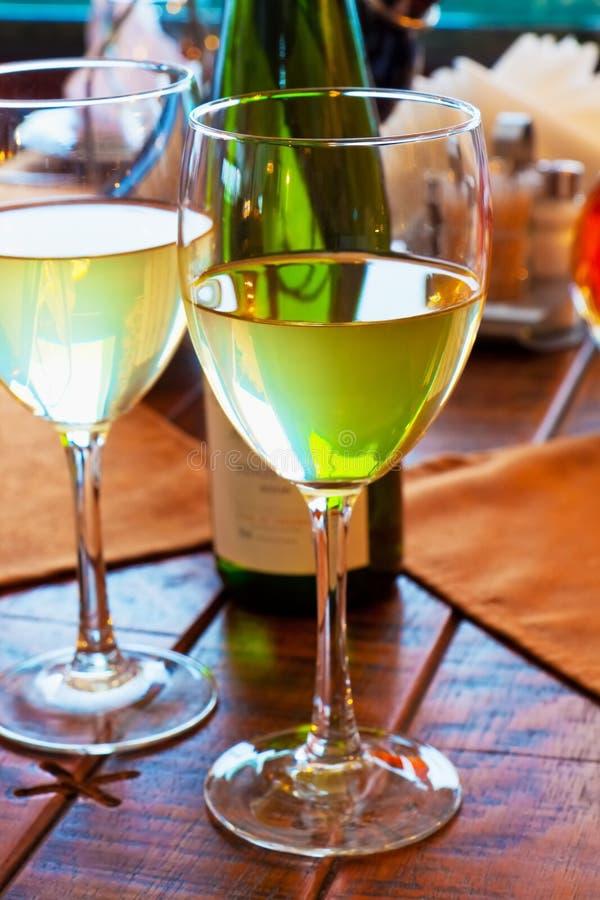 觚餐馆表二白葡萄酒 免版税图库摄影