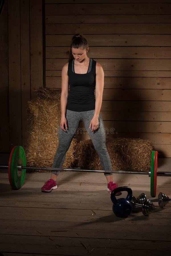 解决与杠铃的活跃女子运动员- powerlifting 库存图片