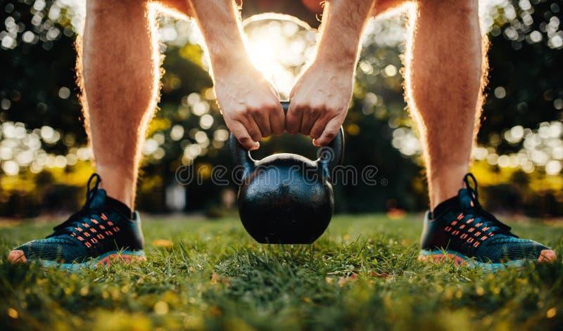 解决与kettlebell的健身人 图库摄影