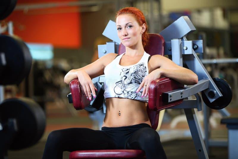 解决在体操方面的美丽的少妇 免版税库存照片
