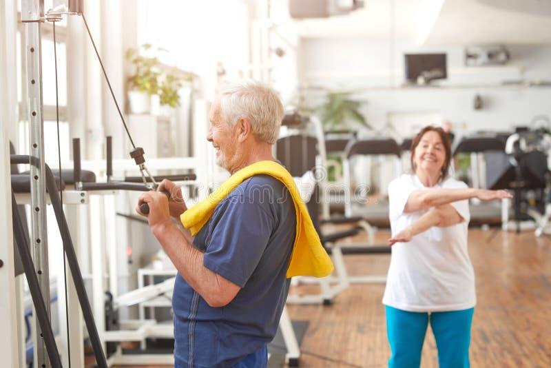 解决在健身俱乐部的年长人 免版税库存图片