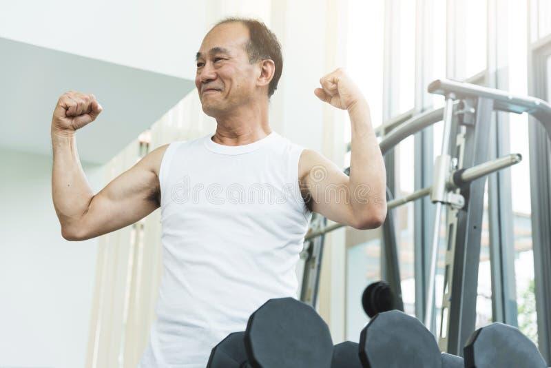 解决在健身房的亚裔老人 库存照片