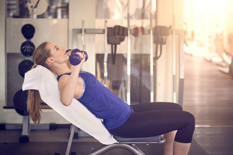 解决在健身房的可爱的少妇 免版税库存照片