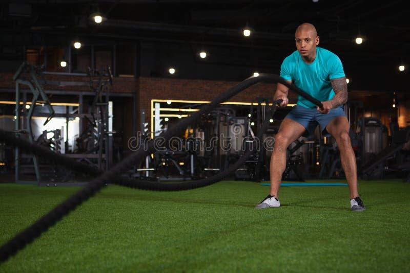 解决在健身房的英俊的男性非洲运动员 免版税库存图片