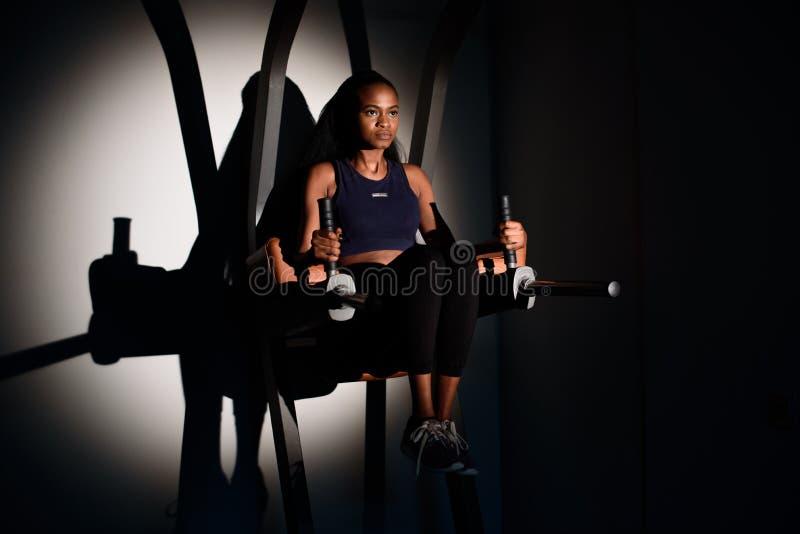 Download 解决在健身房的年轻性感的非裔美国人的妇女健身辅导员剪影 库存图片 - 图片 包括有 爱好健美者, 生活方式: 72371957