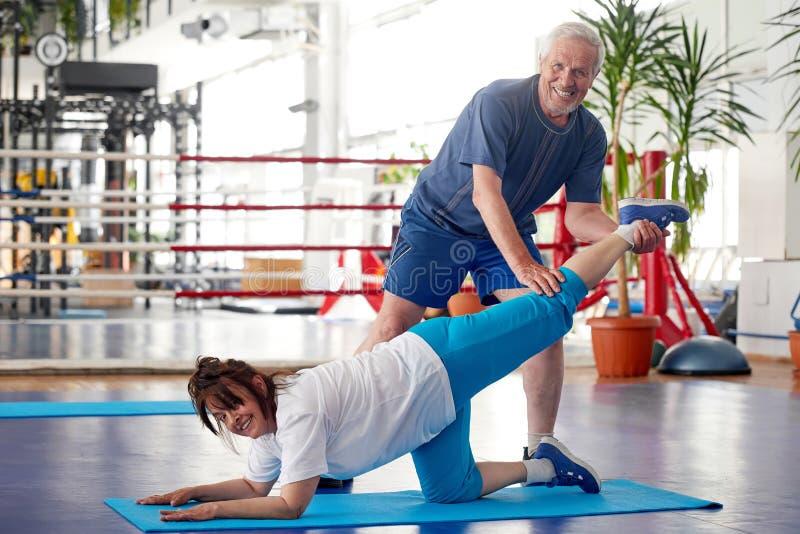 解决在健身房锻炼的资深人民 库存照片