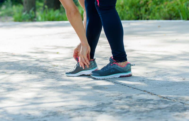解决在公园的运动女孩 压印的美丽  免版税库存照片