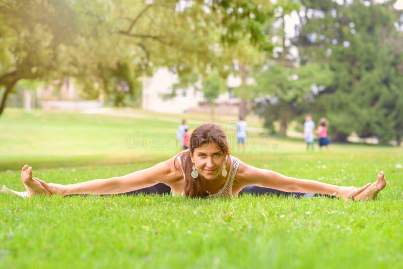 解决在都市公园的柔软妇女 免版税库存照片