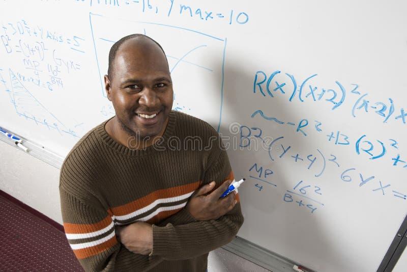 解决在Whiteboard的老师算术的等式 库存照片