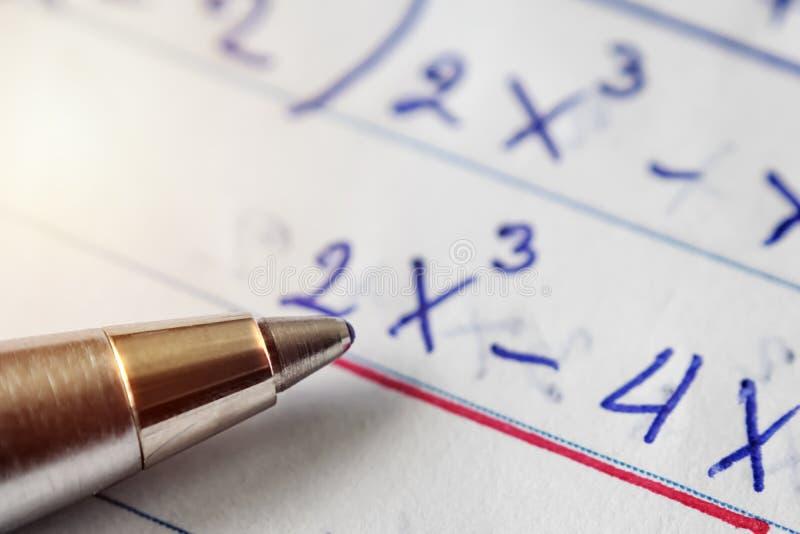 解决的数学题,必须使用计算技能 笔是p 免版税库存照片