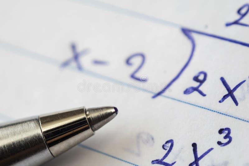 解决的数学题,必须使用计算技能 免版税库存图片