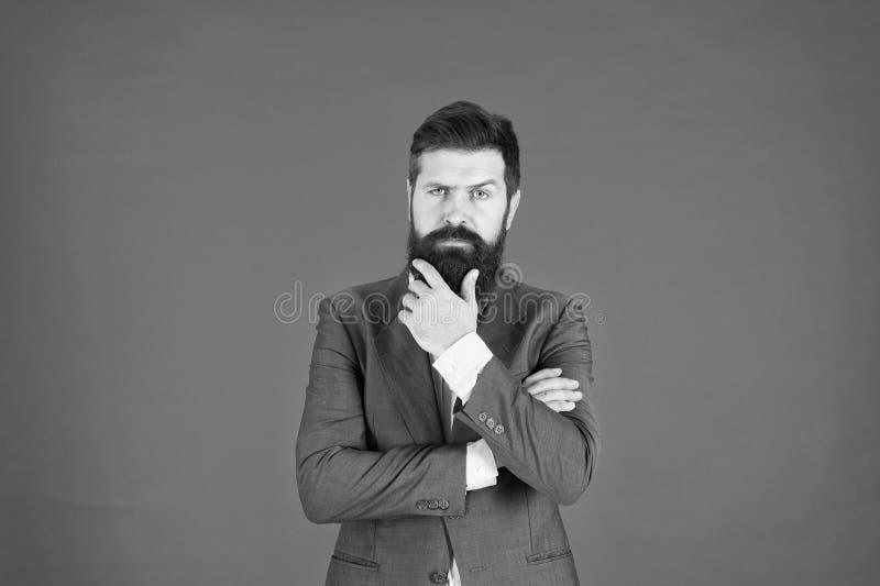 解决问题的人有胡子的商人周道的面孔做出决定 政策制定是管理的一部分 ?? 库存照片