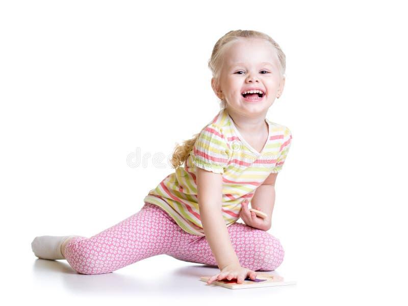 解决难题的微笑的孩子女孩 免版税库存照片