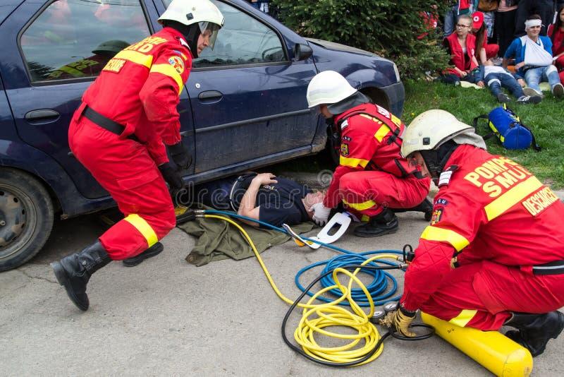 解救受害者的消防队员 图库摄影