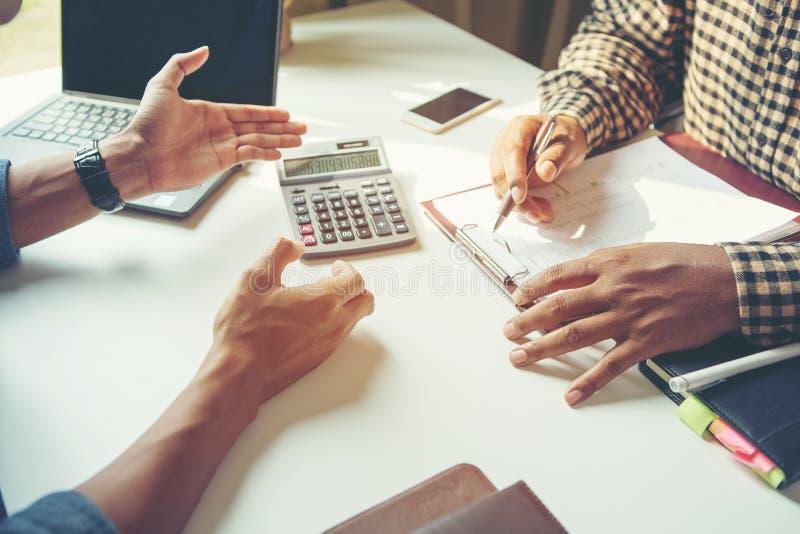 解释一个财政计划的商人特写镜头对同事 库存图片