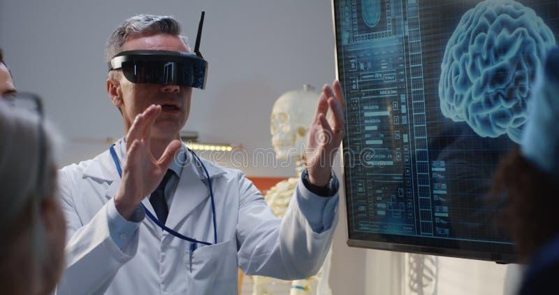 解释与VR耳机的医生 免版税库存照片