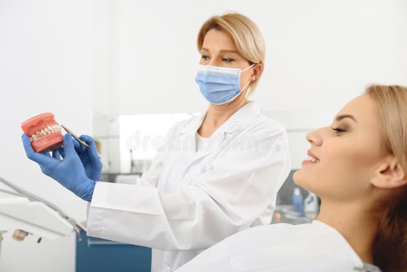 解释口腔的建筑的牙医 库存照片