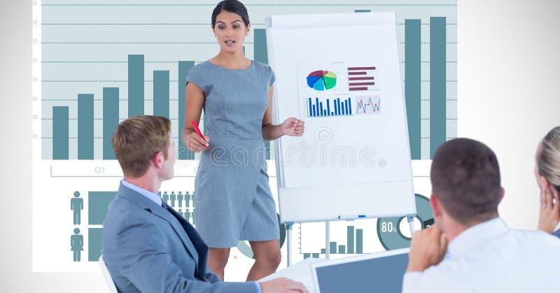 解释图表的女实业家对同事 皇族释放例证