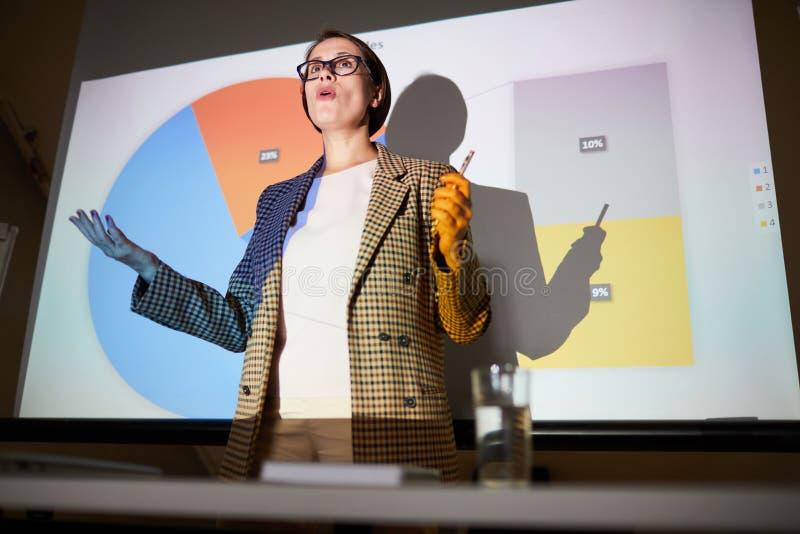 解释在投影屏上的确信的夫人数据 免版税图库摄影