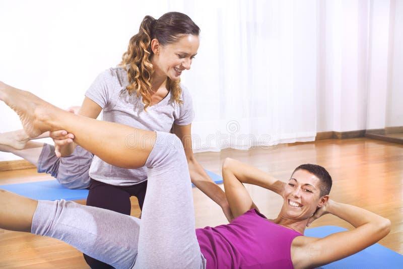解释妇女健身锻炼的老师 免版税库存照片