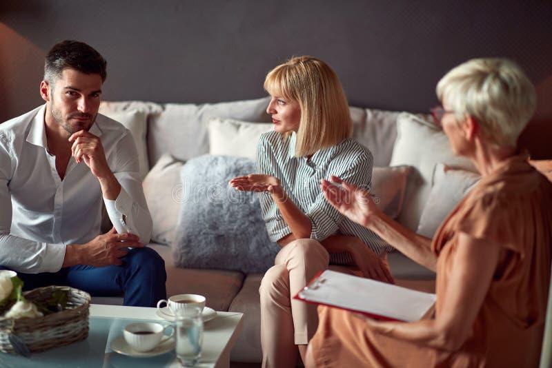 解释婚姻问题的妻子对心理学家 免版税库存照片