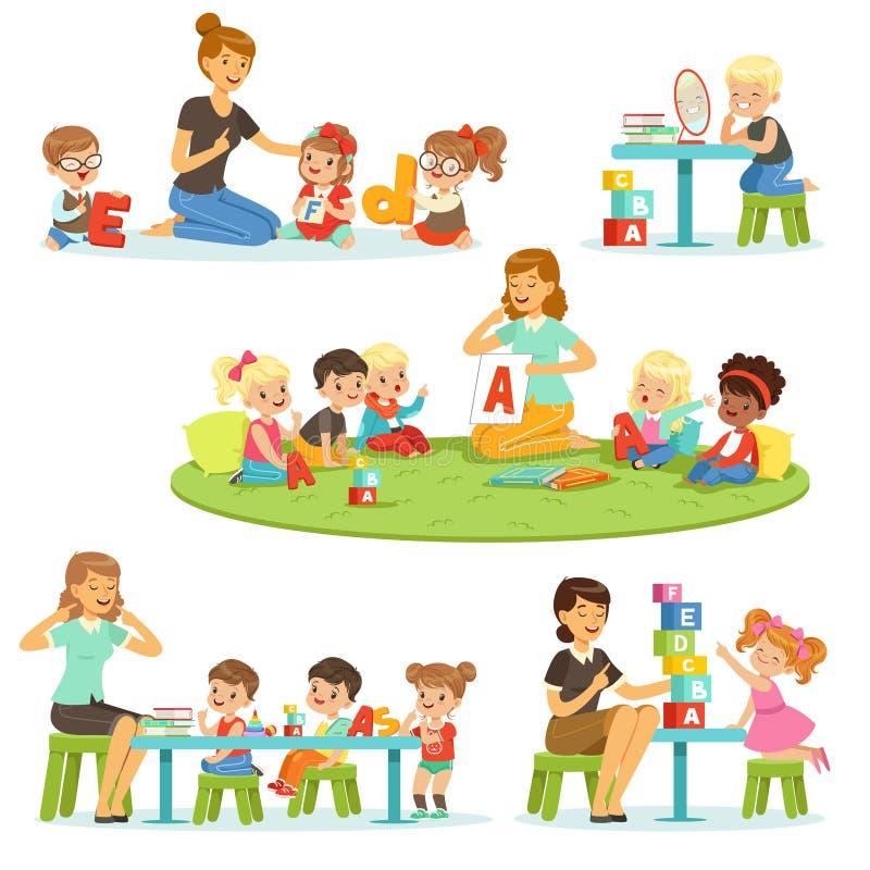 解释字母表的老师对孩子在她附近设置 学习微笑的小男孩和的女孩使用和  向量例证