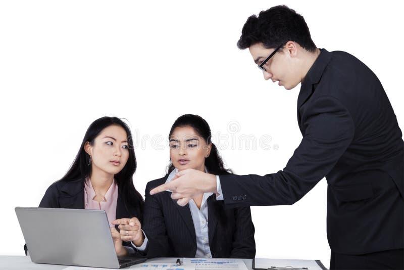 解释工作的确信的商人 免版税库存图片