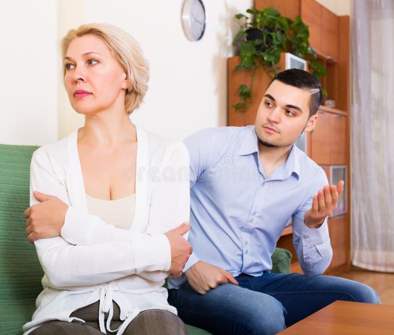 Download 解释某事的人对妇女 库存照片. 图片 包括有 误解, 女朋友, 争吵, 会议, 和蔼可亲的, 约会, 失望 - 59101546