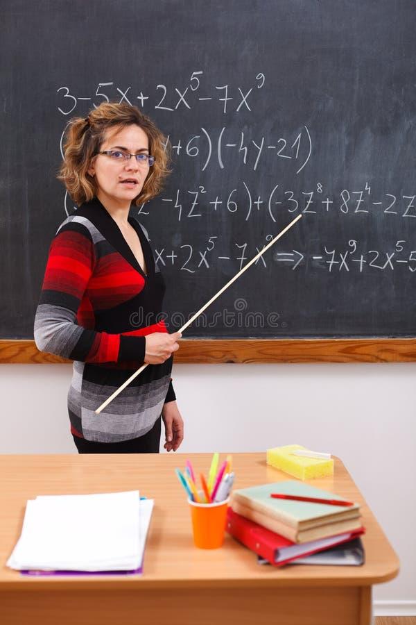 解释算术严重的教师 免版税库存图片