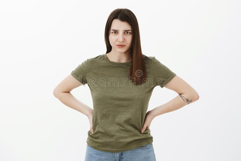 解释自己immidietely 握在沮丧的生气的和恼怒的年轻独裁的姐妹Potrait手在腰部 免版税图库摄影