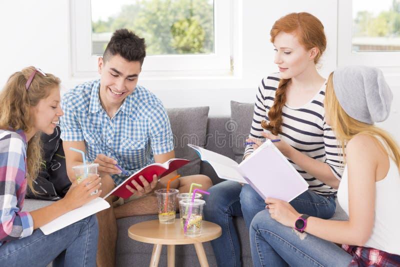 解释题目的年轻人对他的朋友 免版税库存照片