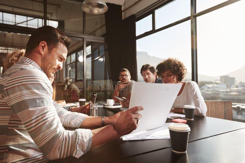 解释经营计划的商人对他的同事 免版税图库摄影