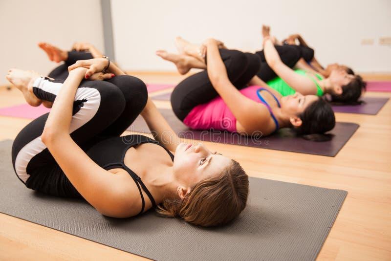 解除姿势的风在瑜伽演播室 图库摄影