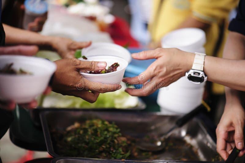 解除饥饿的食物捐赠 贫穷的概念 库存照片