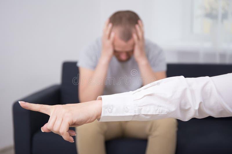 解雇哀伤的雇员的恼怒的女性上司 免版税库存图片