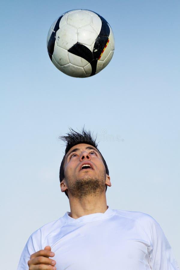 触击球的足球运动员在体育场 图库摄影