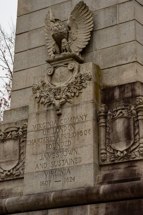 詹姆斯敦,弗吉尼亚- 2018年3月27日:300周年纪念的庆祝纪念碑在历史的詹姆斯敦, VA 图库摄影