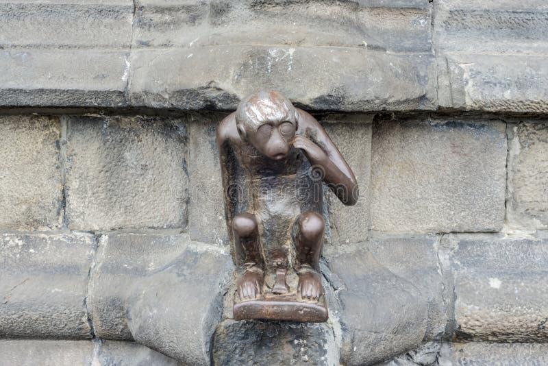 警卫室猴子雕象在阜,比利时。 库存照片