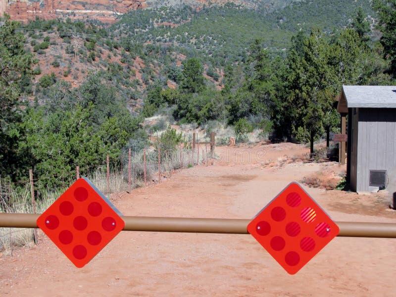 警告红色反射器签署垂悬在阻拦的方式障碍 库存照片