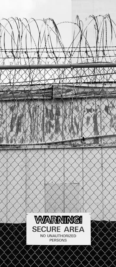 警告铁丝网的篱芭安全区域标志没有未批准的人 库存照片
