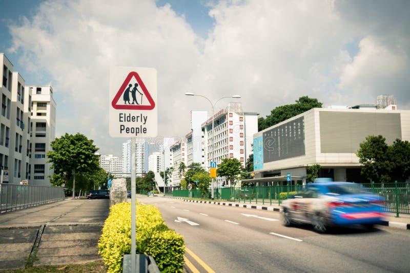 警告:穿过路的老年人 库存图片