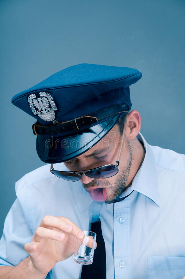 警察使上瘾对酒精 库存照片