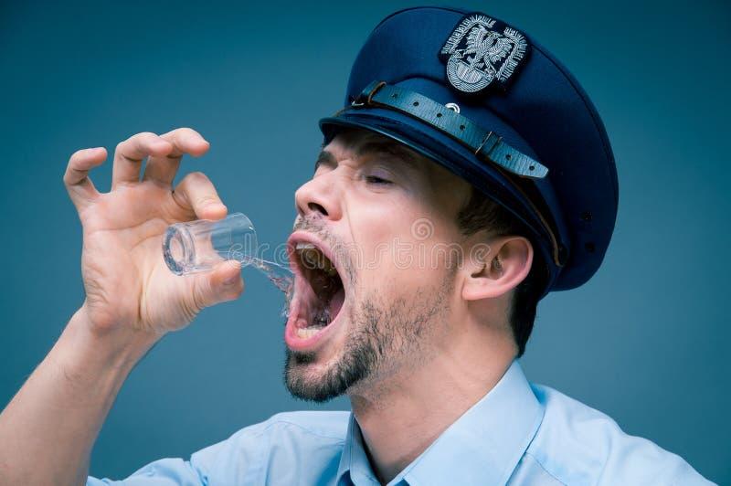 警察使上瘾对酒精 免版税库存照片