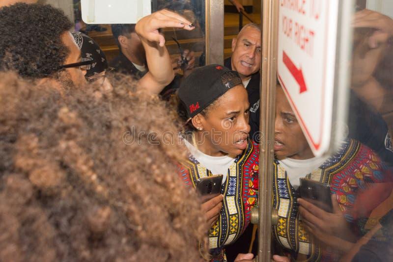 警察保留从以后的i的黑人生活问题抗议者 免版税库存图片